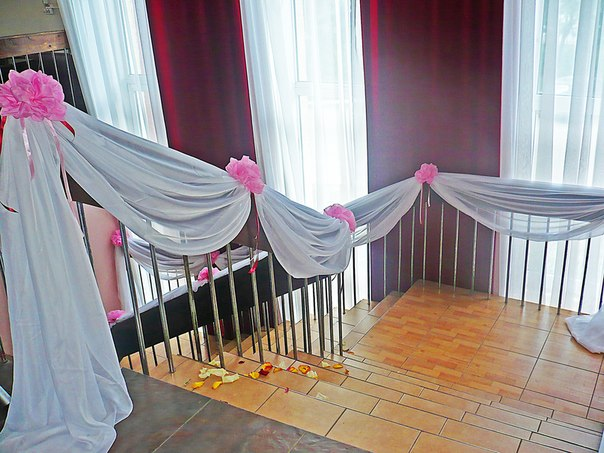 Оформление лестницы на свадьбу тканью