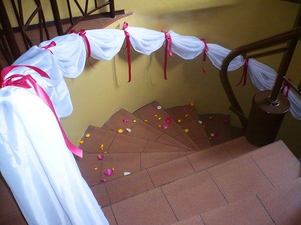 украшение лестницы на свадьбу фото